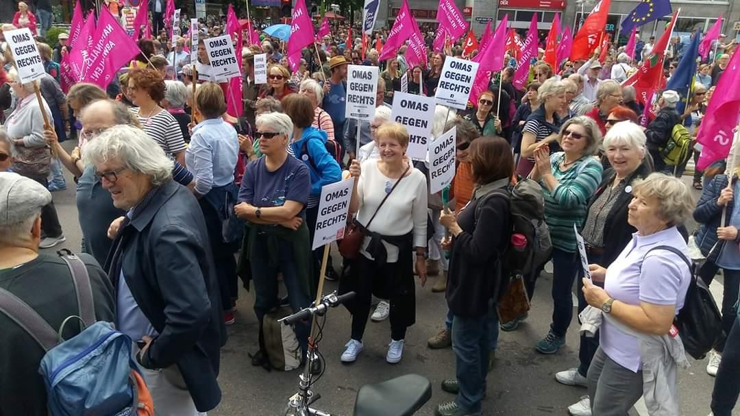 """Gründerin der Initiative """"Omas gegen Rechts"""" in Deutschland: Anna Ohnweiler auf einer Demo."""